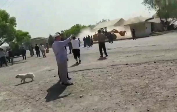 Таджики бульдозерами разрушили дома киргизов