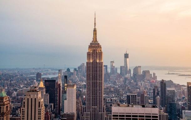 Верхушка Empire State Building подсвечена белым в честь юбилея здания