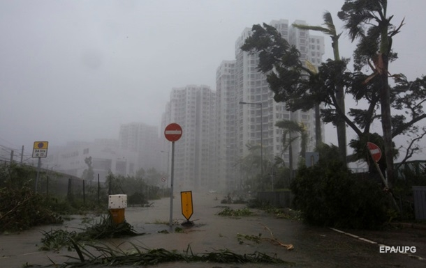 Ураган в Китае: порывы ветра развернули пассажирский самолет
