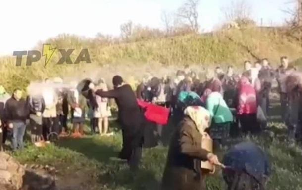 На Харьковщине священник щедро освятил прихожан из ведра