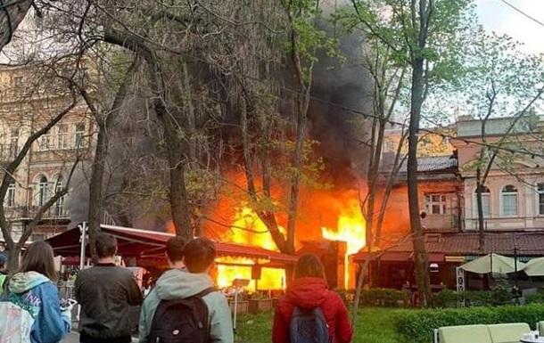 В Одессе загорелось здание ресторана и отеля