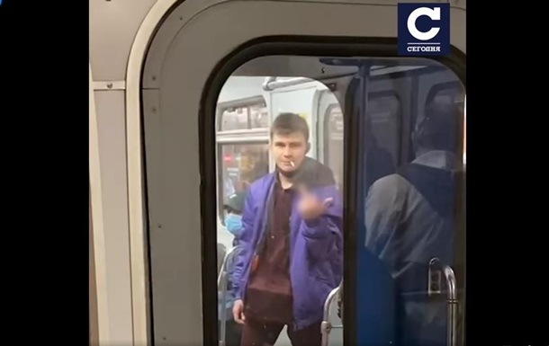 В Киеве еще один пассажир метро закурил в вагоне