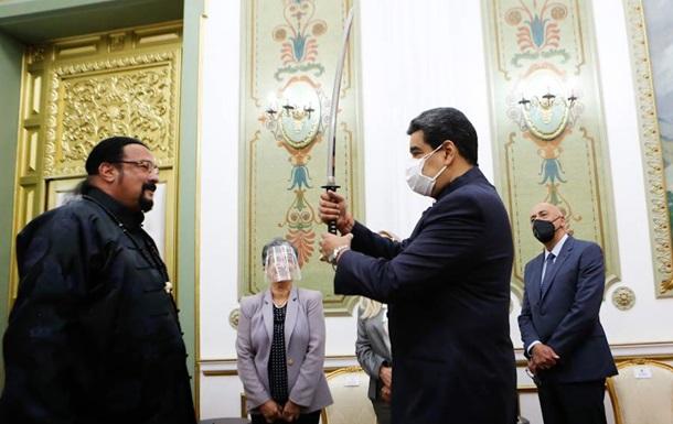 Стивен Сигал подарил президенту Венесуэлы меч
