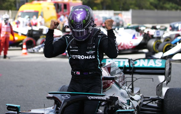 Хэмилтон выиграл гонку в Испании, тактически переиграв Ферстаппена