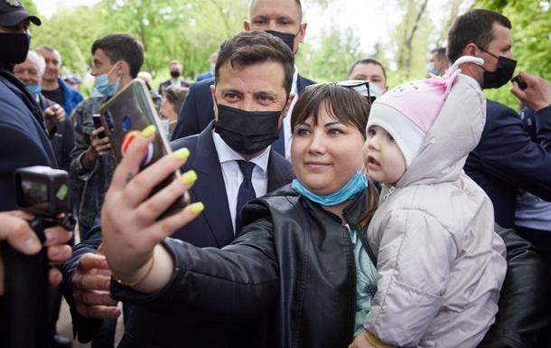 Зеленский раздал украинкам звание мать-героиня