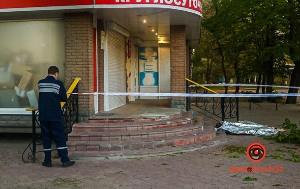 Житель Днепра прыгнул с 8 этажа и упал на женщину