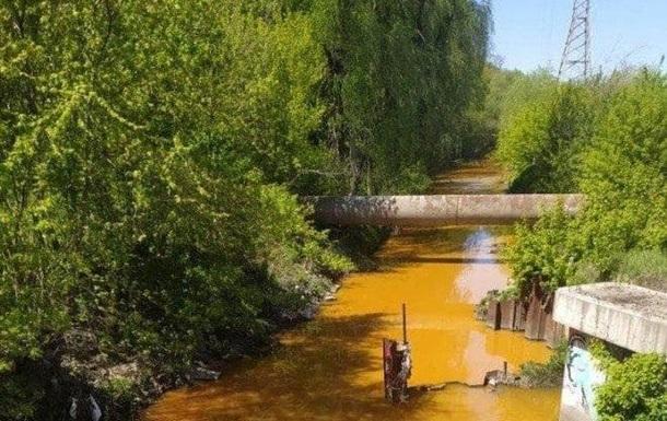 В Киеве пожелтела река Лыбедь