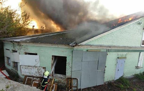 В Киеве пожар на складе тушили более 30 спасателей