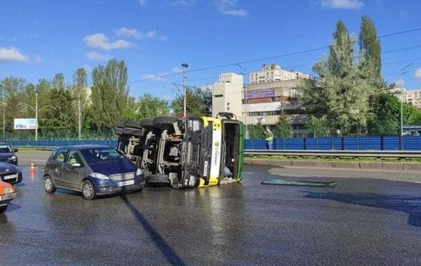 У Києві перекинувcя бетоновоз