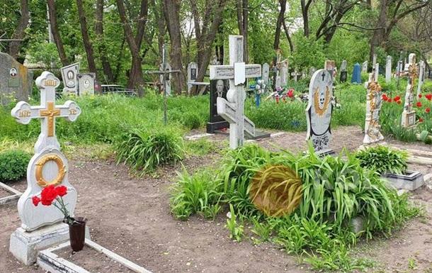 На Полтавщине дети устроили на кладбище вечеринку