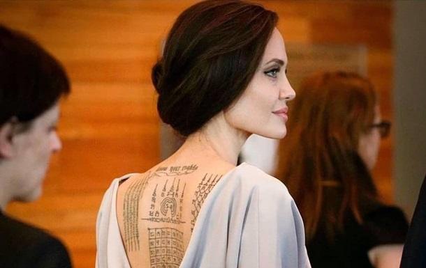 Анджелина Джоли показала свои тату
