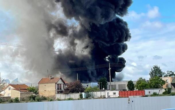 Под Парижем горит химический завод