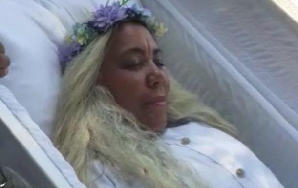 Доминиканка организовала репетицию собственных похорон