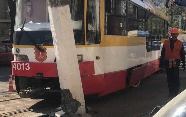 В Одессе трамвай протаранил столб