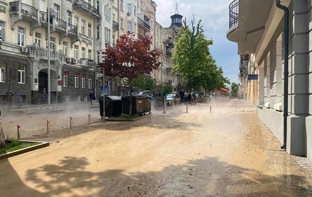 В центре Киева улицу залило кипятком и грунтом