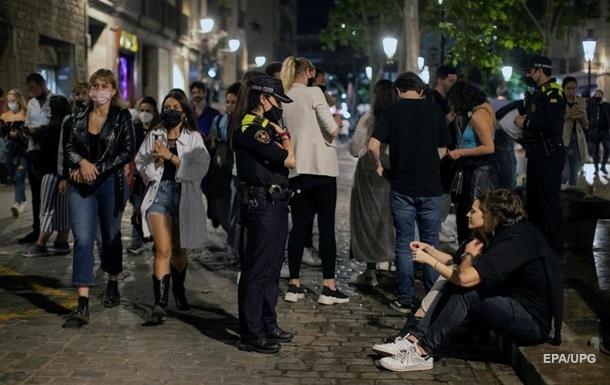 У Барселоні тисячі людей святкували ослаблення карантину