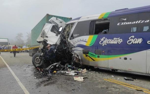 В Еквадорі автобус зіткнувся з вантажівкою, дев ять жертв