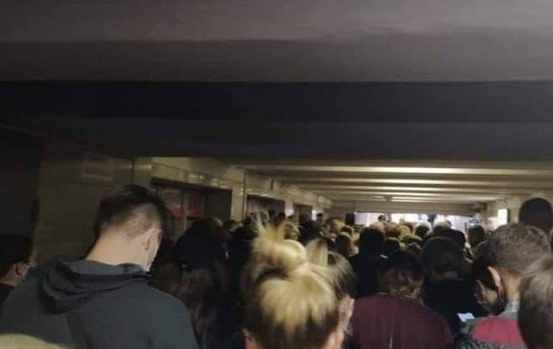 В метро Киева толпы людей из-за карантинных ограничений