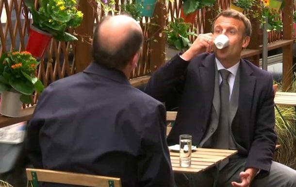 Макрон посетил кафе в честь смягчения карантина