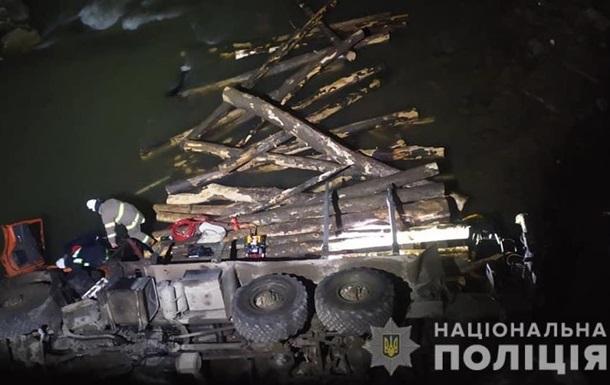 На Прикарпатье грузовик упал в реку, есть жертвы