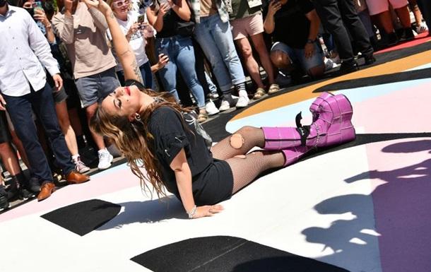 Леди Гага пришла на торжество в дырявых колготках