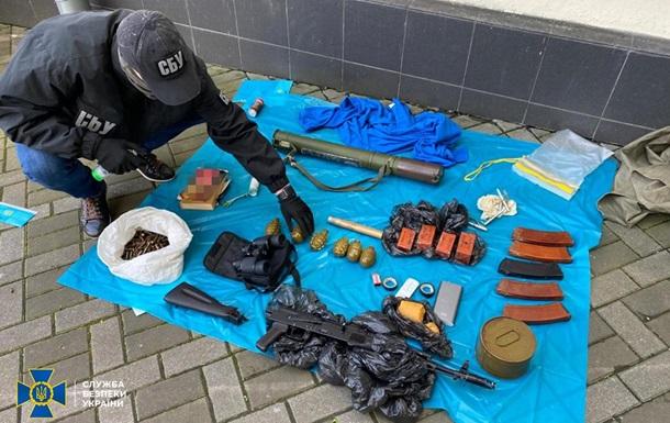У центрі Києва виявили схованку зі зброєю