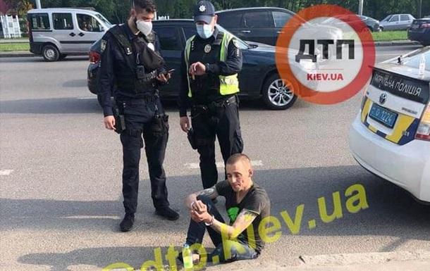 В Киеве мужчина пытался принять наркотики в авто патрульных