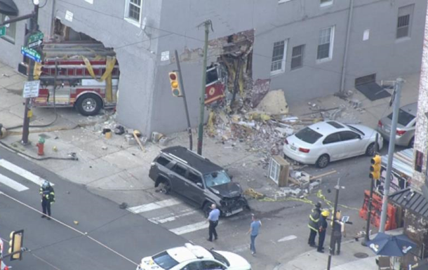 В Филадельфии пожарная машина врезалась в здание,  прошив  его насквозь