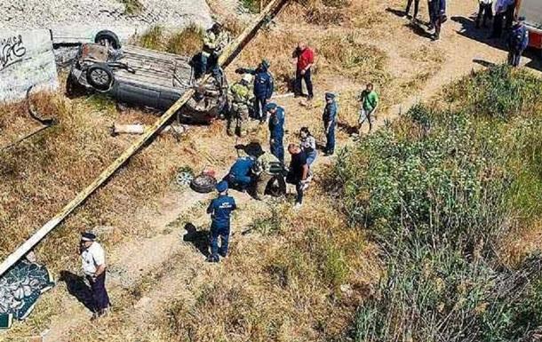 У Керчі з моста впали два авто, є загиблий