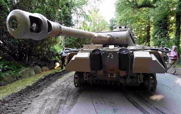У Німеччині пенсіонер зберігав у підвалі зенітну установку і нацистський танк