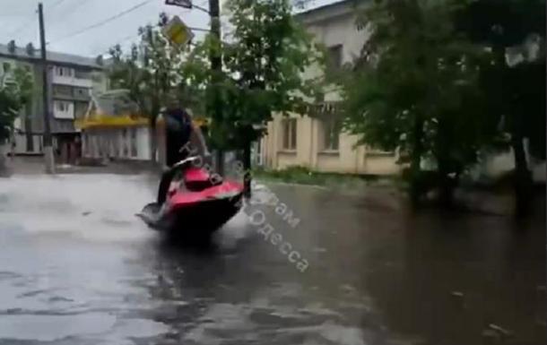 По затопленным улицам Житомира плавают на скутерах