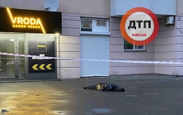 В Киеве из окна многоэтажки выпал мужчина