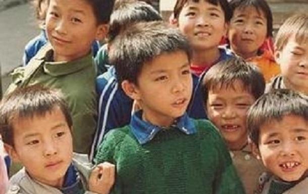 У Китаї сім`ям дозволили мати трьох дітей