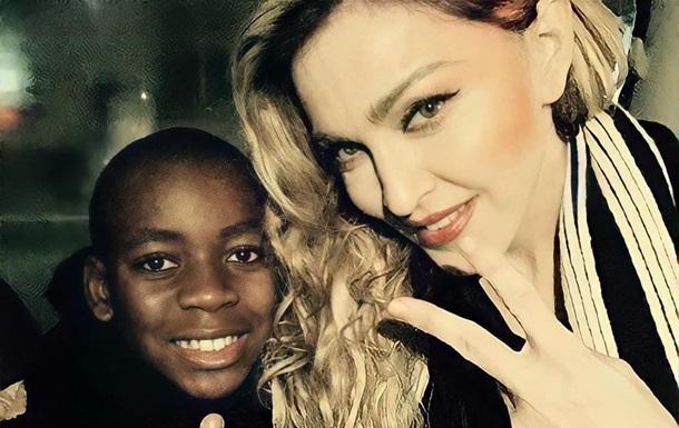 Сын Мадонны продефилировал в платье