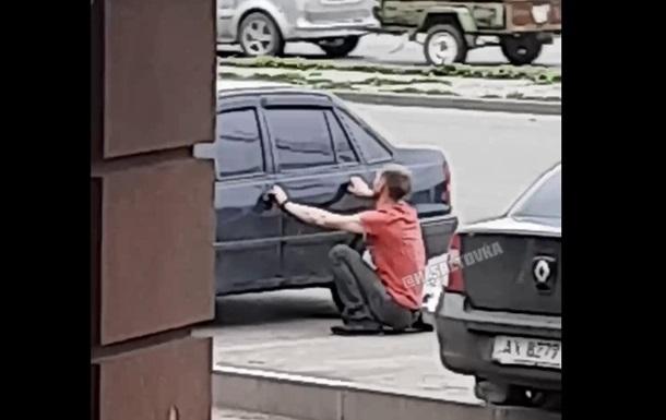В Харькове неадекват требовал выпустить человека из багажника