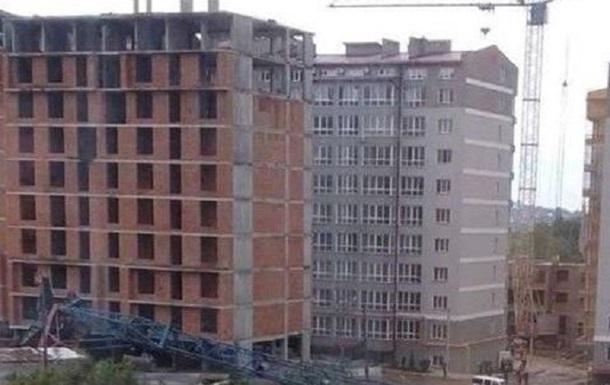 В Черновцах в результате падения строительного крана пострадал работник