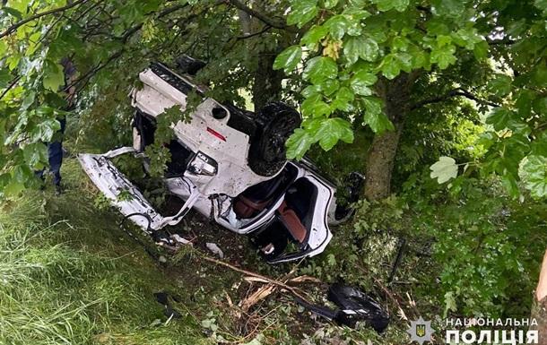 Зіткнувся з деревом і перекинувся: підлітки на позашляховику потрапили в ДТП