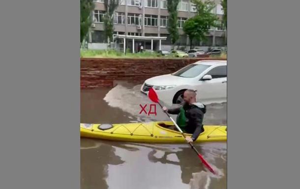 По затопленным улицам Днепра плавают на лодках