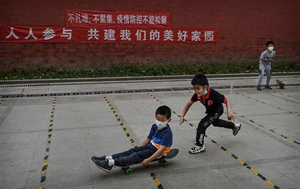 Китай дозволив мати по троє дітей. У чому причини