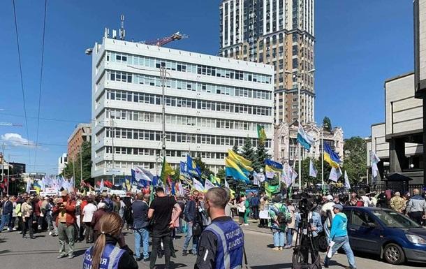Біля КСУ протестують проти ринку землі
