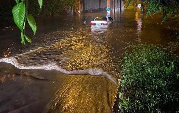В Мариуполе из-за наводнения тонут авто