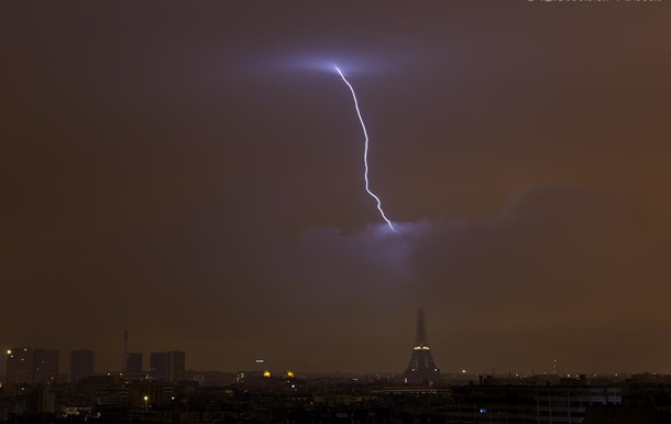 В Ейфелеву вежу влучила блискавка: опубліковано фото