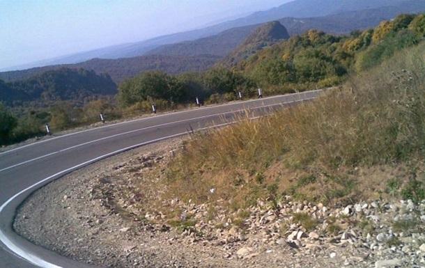 У Грузії автомобіль з туристами впав з обриву