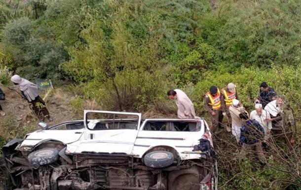 В Пакистане фургон с людьми сорвался в пропасть, восемь погибших - СМИ