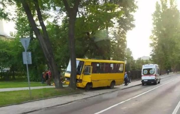 У Львові маршрутка врізалася в дерево: п`ятеро постраждалих