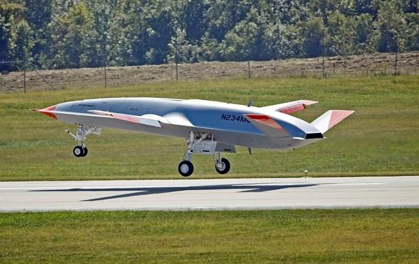 У США безпілотник уперше заправили з іншого літака під час польоту