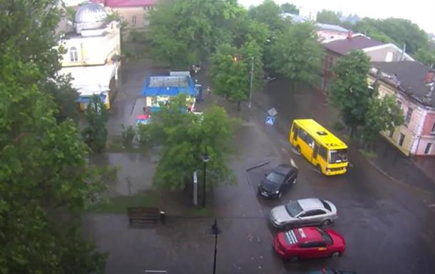 Ливень в Херсоне: пешеходы шли по колено в воде