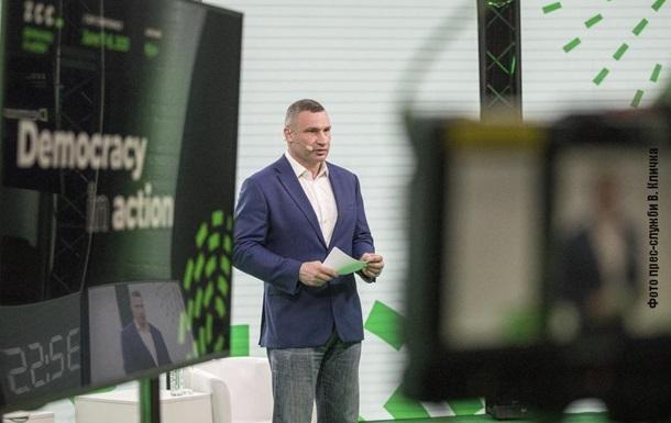 Кличко приехал на конференцию по коррупции на велосипеде