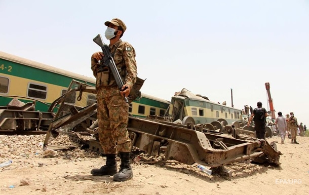 Відомо про можливу причину катастрофи на залізниці в Пакистані