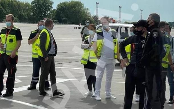 Стали известны подробности обыска пассажиров и самолета рейса Тбилиси-Киев
